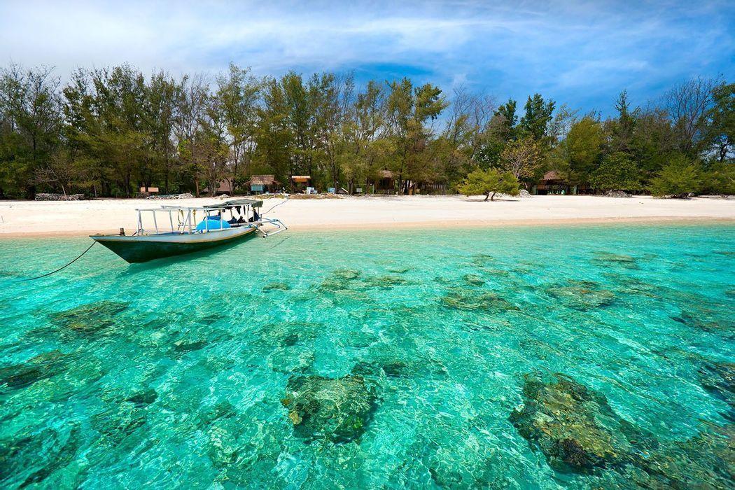 Indonesia: beach life y island discovery